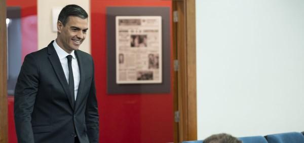 el-presidente-del-gobierno-pedro-sanchez-a-su-llegada-a-la-sala-de-prensa.jpeg